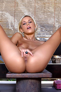 Dido Fingers Her Hot Pussy