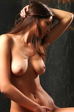 Elvira Sexy Naked Girl In Studio